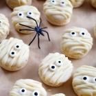 Mummy Macarons a Fun Halloween Dessert!