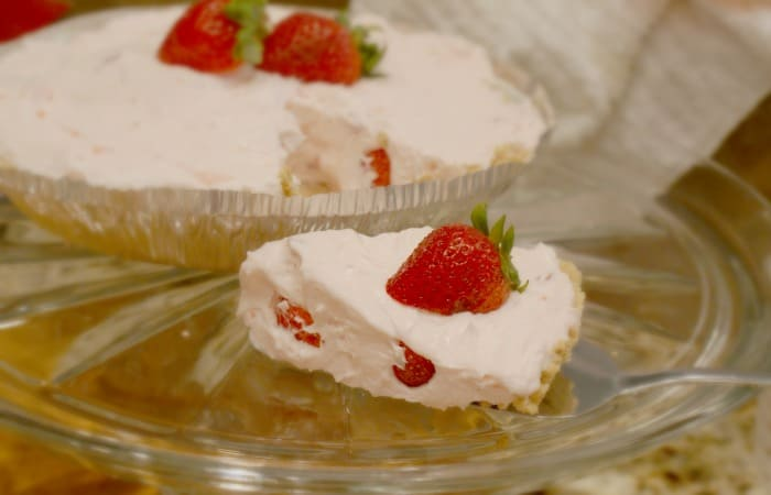10 Minute Strawberry Cheesecake Pie