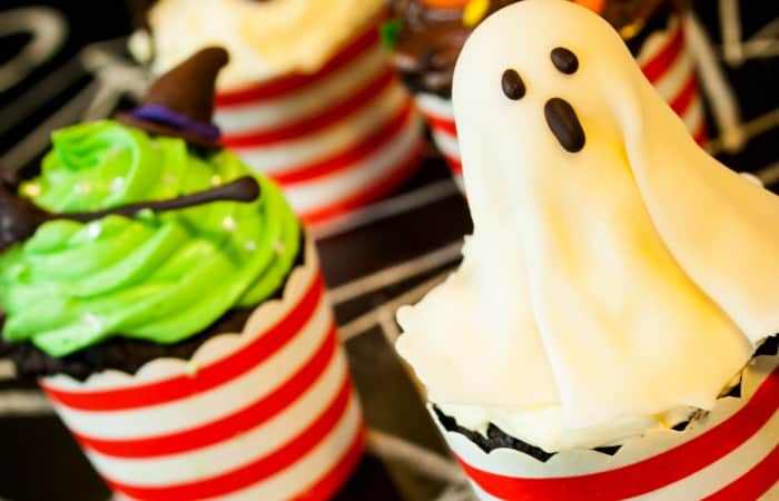 easy ghost cupcake idea for halloween feature