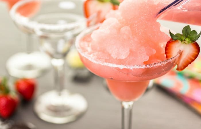 easy fresh strawberry margarita recipe feature