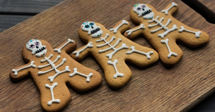 Check out these soft & delicious Halloween skeleton cookies! They're the perfect Halloween party treat or afternoon snack!