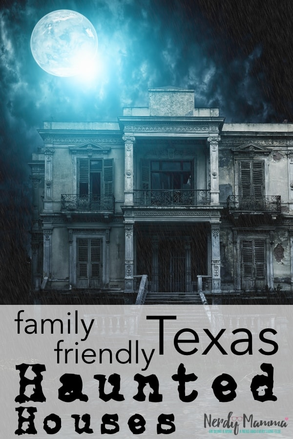 If you live in Texas, you need to know about theseTexas Haunted Houses to DIE for (but are family friendly, too). If you've got a family, you can count on these haunted attractions being spooktacularly awesome for all. #nerdymammablog #texas #hauntedhouses