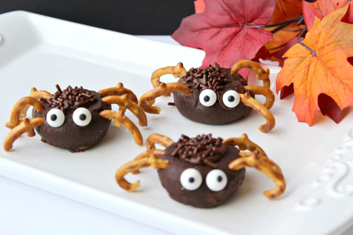 Picture this: You have 1 hour to make snacks for your kids' Halloween party at school. What. Do. You. Do. Get lazy and make these ridiculously adorable Mini Spider Donuts, that's what you do. #nerdymammablog #halloween #snack #halloweensnack #spider #donut