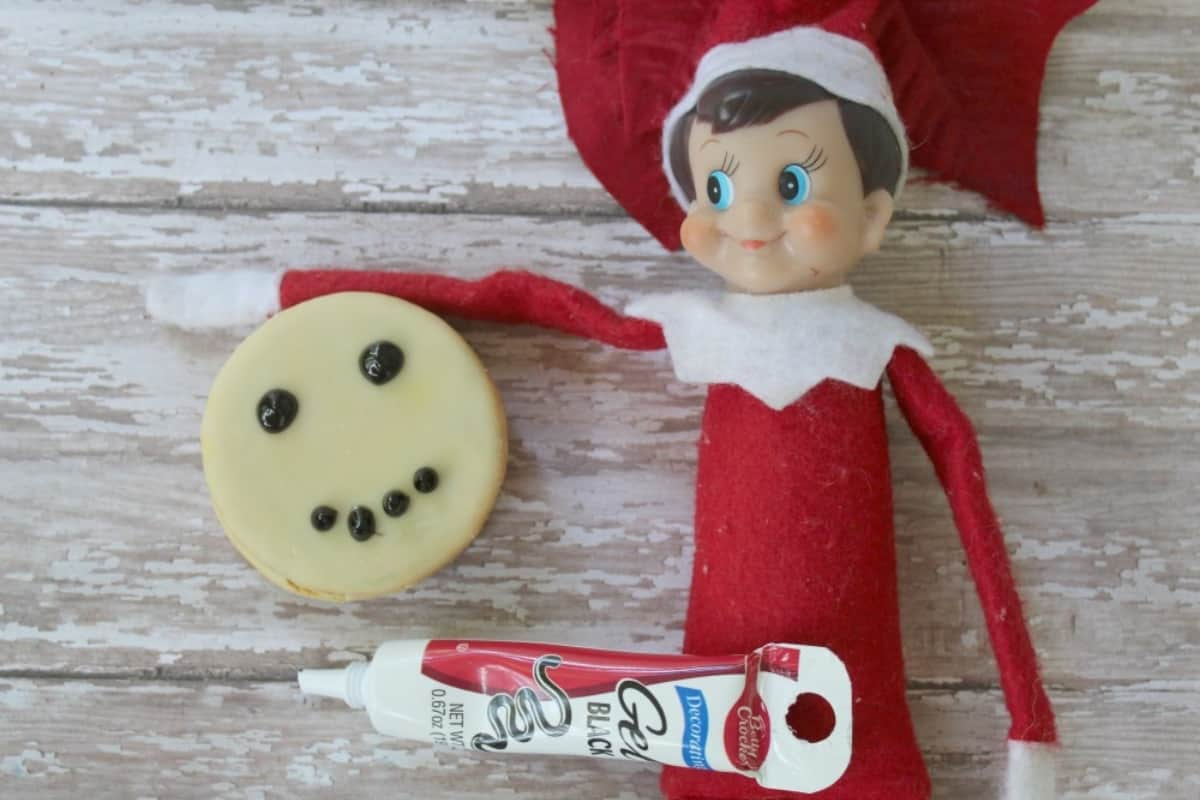 It's hard to come up with a ton of ideas for little ole Elfie to do. One of the ideas we're doing this year is, well, Elf on the Shelf Makes a Snowman Moon Pie. Easy, fun and an excellent treat. #nerdymammablog #elfontheshelf