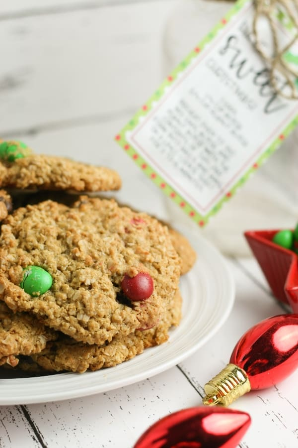 This is literally the easiest and funnest neighbor gift or baking-friend gift ever. It's Monster Holiday Cookies in a Jar and everyone will love getting it. #nerdymammablog #giftinajar