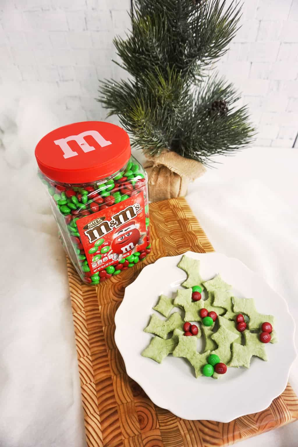 My favorite, most exciting and tasty cookie that joins forces with another love of mine, M&M'S®, is this awesome recipe for 4-Ingredient Holly Cookies. Seriously, only 4 ingredients. I'm in love. #ad #christmascookies