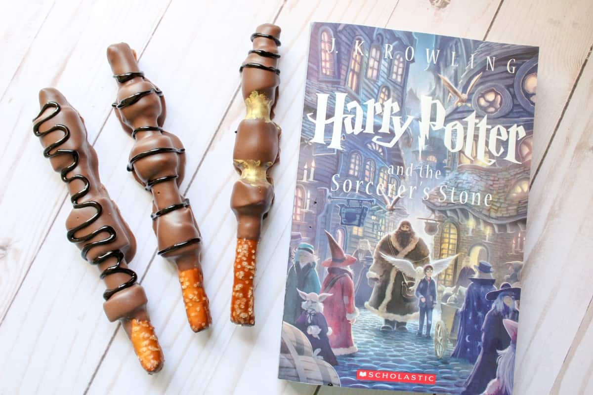 My kids wanted wands--and a snack. So we compromised and made both! These Edible Harry Potter Wands were so easy--we'll be making them again. #nerdymammablog #harrypotter