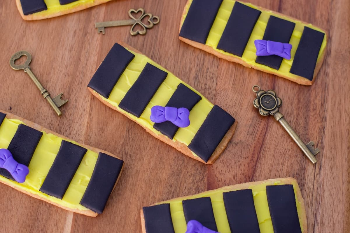 I'm secretly in love with our sweet wizard and these Fantastic Beast's Newt Scamander Cookies are basically my ode to the magician that stole my wand--and heart. #nerdymammablog #fantasticbeasts #harrypotter #newtscamander #harrypottercookies